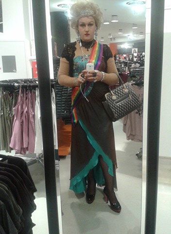 drag queen zoey sucht ihren schokob ren er sucht. Black Bedroom Furniture Sets. Home Design Ideas